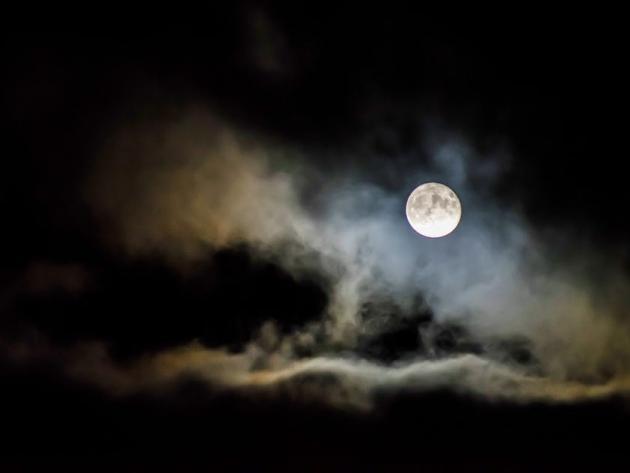 Sleepy conversation with the moon